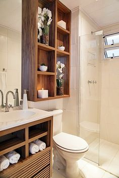 Um banheiro pequeno com espaço bem usado e de uma forma muito bonita