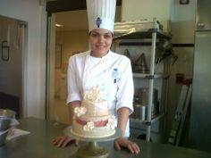 Chef Arely Flores Escobar (Restaurante Casa de Francia), terminando el Curso de Sábado Gourmet con Le Cordon Bleu.  Tema: Decoración de Pasteles.
