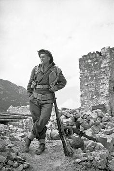 History in Photos: George Frederick Kaye. J D Ruscoe leaning on his rifle, in an informal and characteristic  New Zealand pose, on the Cassino battlefront in Italy, 5 April 1944