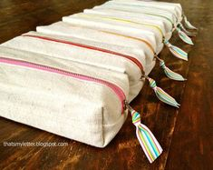 Sew: boxy pencil pouches Easy to sew boxy drop cloth canvas pencil pouches with rainbow print lining and rainbow colored zippers. Pencil Case Pattern, Pencil Case Tutorial, Zipper Pencil Case, Diy Pencil Case, Pouch Pattern, Pouch Tutorial, Pencil Pouch, Diy Tutorial, Tutorial Sewing