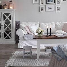 Kodikas olohuone, jossa on lämmin sekoitus romantiikkaa ja rentoa maalaismaista tunnelmaa.