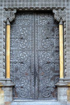 London, England  edición de color a las puertas de catedrales