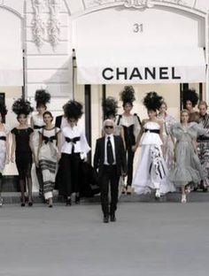 Karl Lagerfeld Photos - Models on the catwalk at the Chanel Spring/Summer 2009 collection fashion show during the Paris Fashion Week, Paris, France. - Paris Fashion Week - Chanel Spring/Summer 2009 Fashion Show Fashion Week, Love Fashion, Fashion Beauty, Fashion Show, Fashion Mag, Couture Fashion, Fashion Trends, Karl Lagerfeld, Top Models