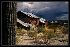 Vulture City, AZ was one of the most successful gold mines in the US until it was shut down in the 40′s. It went from a town of 5,000 to a ghost town virtually overnight.