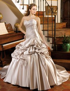 Robe de mariée argentéeRobe bustier en satin argenté digne d'une princesse du…