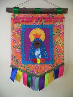 Estandarte de Nossa Senhora Aparecida em tecido de chita e feltro, com barrado em fitas de cetim