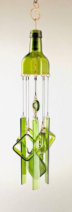 """Where's the Salad"" Up-Cycled Bottle Glass Chimes (diy bottle crafts) Wine Bottle Chimes, Wine Bottle Corks, Glass Bottle Crafts, Diy Bottle, Bottle Garden, Vodka Bottle, Wind Chimes Craft, Glass Wind Chimes, Tapetes Diy"