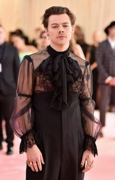 Met Gala - Harry Styles shocks fans as he arrives showing his nipples in high heels with a pearl earring Harry Styles Fotos, Harry Styles Mode, Harry Styles Pictures, Harry Edward Styles, Harry Styles Fashion, Harry Styles Wallpaper, Mr Style, Celebs, Fashion Outfits