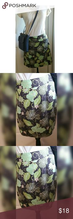 Loft 6P green floral cotton skirt Super cute thick cotton skirt with zipper and pockets. Hits just about knee and perfect for everyday with a tshirt or summer parties. Great for travel, thick enough not to wrinkle easily. LOFT Skirts Mini