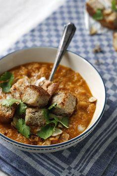 Linzensoep is gezond, lekker en makkelijk te maken. Dit recept voor linzensoep is echt een perfect recept op een regenachtige dag. Eet de linzensoep met knoflookcroutons.