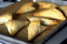 phyllo triangles by smitten: spanakopita, mushroom & blue cheese, carmelized onion & goat cheese One Bite Appetizers, Finger Food Appetizers, Appetizer Recipes, Snack Recipes, Cooking Recipes, Healthy Recipes, Easy Recipes, Mini Sandwiches, Mini Burgers