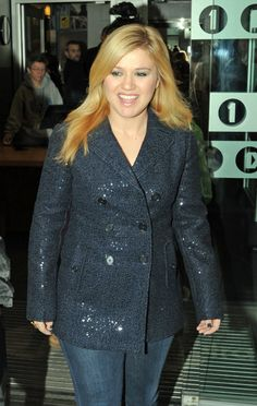 Kelly Clarkson (MTV): sequined navy blazer and jeans #curvy fashion #plus size