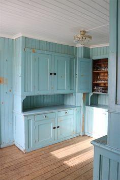 Gør skabet til en del af køkkenindretningen Swedish Kitchen, Old Kitchen, Vintage Kitchen, Kitchen Ventilation, Victorian Kitchen, Kitchen Cabinetry, Cabinets, Shabby Chic Kitchen, Cozy Cottage