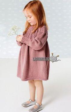 Вязаное спицами теплое платье с косами на кокетке, описание для девочки от 2 до 6 лет