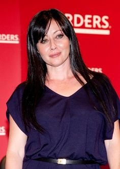 Shannen Dohertys long, dark hairstyle with bangs