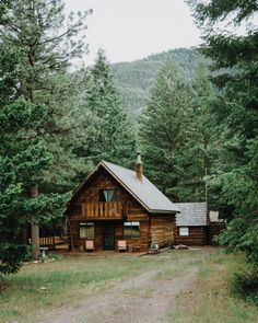 Want to experience the goodness of living in a country-style house and away from the city, and if you love hands-on, log cabin kits is the solution. Log Cabin Living, Log Cabin Homes, Log Cabins, Cabins In The Woods, House In The Woods, Little Cabin, H & M Home, Cabins And Cottages, Small Cabins