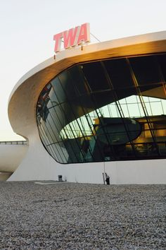 Pictures from my secret, self-guided TWA Flight Center Tour at JFK. Twa Flight Center, New York Tours, The Door Is Open, New York City Travel, Best Places To Eat, Jfk, Taking Pictures, Eero Saarinen, The Good Place