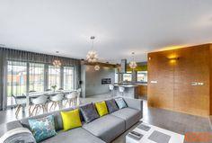 Architekturbeton gehört schon längst nicht mehr der grauen Vergangenheit an. Er steht für Kreativität und Ausdrucksstärke. Dass es der perfekte Baustoff für eine individuelle, minimalistische Ästhetik ist, zeigt dieses Haus.