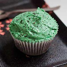 Receta de cupcakes de Té Verde. Aprende a preparar paso a paso esta receta de cupcakes de chocolate decorados con frosting de té verde.