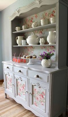 Chcete-li vdechnout nový život trochu staršímu nábytku, není nic lepšího než dekupáž. Dekupáž je jednoduchá technika, při které se využívá zejména papír. V současné době je to velký trend a mnoho žen má zájem právě o takové krásné ornamenty a vzory, jaké se nacházejí i v tomto článku. Podívejte se,