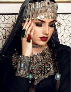 The Fashion World Women's Men's Shoes Look Fashion, Hijab Fashion, Fashion Dresses, Headdress, Headpiece, Afghani Clothes, Afghan Girl, Afghan Dresses, Pakistani Bridal