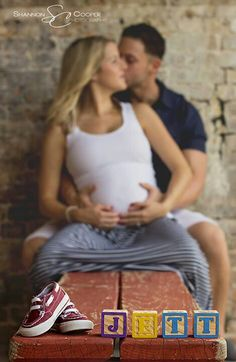 Maternity Photography Poses...Definitely!!...jeans and tee