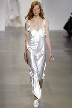 Le défilé Calvin Klein Collection printemps-été 2016 robe blanche
