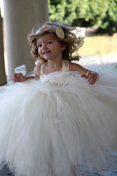 Flower girl dress.. @Kami Pederson  I want to make this for Livi!