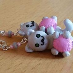 Boucles d'oreilles chat gris pelote rose