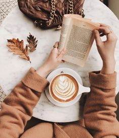 coffee and books The Everygirls 2019 Fall Bucket List Coffee Cafe, Coffee Drinks, House Coffee, Cozy Coffee, Autumn Coffee, Coffee Break, Morning Coffee, R Cafe, Coffee Shop Aesthetic