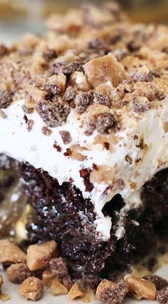 Easy, chocolatey and delicious this Better Than Sex Cake is an addicting dessert that is a crowd favorite and a staple at potlucks and gatherings! Köstliche Desserts, Delicious Desserts, Dessert Recipes, Yummy Food, Birthday Desserts, Plated Desserts, Birthday Cake, Cupcakes, Cupcake Cakes