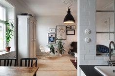 Căn hộ thông tầng đơn giản với gam màu đen - trắng