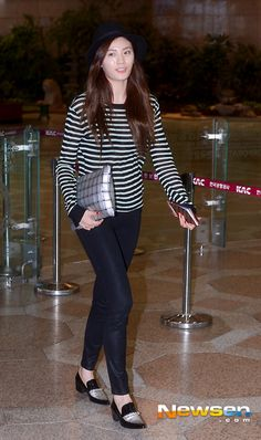 Nana (나나) wore the Lane.910 Serena Gem Pointed Flats at Gimpo International Airport on July 4, 2014.