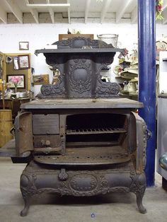 Vintage Iron Stove, we had one of these in our kitchen in Va msny yrz ago Wood Stove Cooking, Kitchen Stove, Old Kitchen, Vintage Kitchen, Antique Wood Stove, How To Antique Wood, Old Wood, Cuisinières Vintage, Vintage Iron
