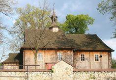 Zabytkowy parafialny kościół św. Idziego w Zrębicach, znajduje się na szlaku architektury drewnianej woj. śląskiego.