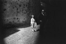 Фото 1984 года. Автор: Letizia Battaglia, у нее очень много сицилийской экзотики времен разгула мафии, всегда эстетичной, иногда ироничной, но чаще грустной и даже трагичной.