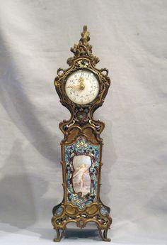Esmalte cloissonee antiguo y bronce dorado reloj manto francés con multa escena pintada esmalte.