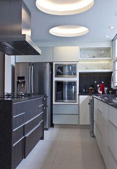 Decoração de: Cozinha integrada; armários brancos; Casa de Valentina