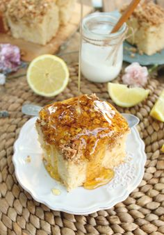 Lemon Greek Yogurt Crumb Cake: it's made in your blender in just 5 minutes! And it's also quite healthy and super delicious!