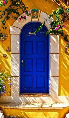 Uma porta azul em Cefalônia, na região das Ilhas Jônicas, Grécia.