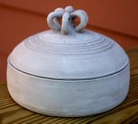 Lidded dish with deco handle. Pottery Bowls, Ceramic Pottery, Pottery Art, Slab Pottery, Ceramic Boxes, Ceramic Clay, Paint Your Own Pottery, Play Clay, The Potter's Wheel