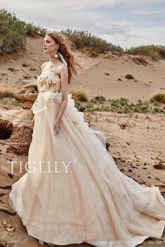 【カペラ Capella】ウェディングドレス_カラードレス(c186) 【TIGLILY】TIGLILYオリジナル星モチーフを使用したシャンパンカラ―のドレス。ビスチェからトレーンにかけて波打つようにデザインされたチュールラインが美しく上品でとろみのある印象に。
