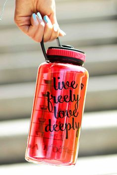Live Freely Love Deeply Jewel Timer Bottle in Ruby Red. This gorgeous gem of a bottle is the epitomy of sporty-chic! It's spacious 34 oz size is perfect for those of us who are serious about hydrating. It's got a wide mouth opening with a very secure rubber twist-top cap.