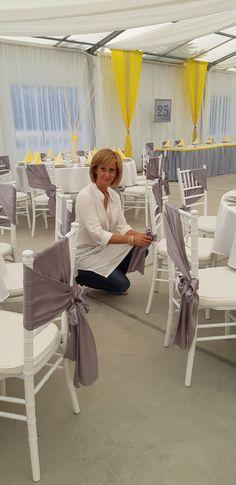 Imádom a chiavari székeket! Megszámlálhatatlan módon és stílusban lehet dekorálni. Ez a ferdére kötött masni izgalmas hatású az átfedéses megkötésnek köszönhetően. Erről a széktípusról külön táblám is szól, itt a Pinterseten!