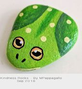 Frog painted rock - sep 2018 pebble art piedras pintadas a m Rock Painting Patterns, Rock Painting Ideas Easy, Rock Painting Designs, Paint Designs, Rock Painting For Kids, Art Patterns, Painted Rock Animals, Painted Rocks Craft, Hand Painted Rocks