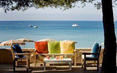 Bar avec vue sur la mer. Plage privée de  la Pinède Plage