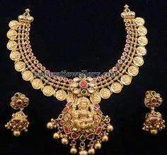 Jewellery Designs: Regal Lakshmi Necklace with Jhumkas Gold Temple Jewellery, Gold Wedding Jewelry, India Jewelry, Bridal Jewelry, Gold Jewelry, Gold Necklace, Short Necklace, Necklace Set, Diamond Jewelry