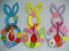 This paper Easter wreath is a great Easter craft for kids and adults. Easter Projects, Easter Crafts For Kids, Diy For Kids, Easter Activities, Preschool Crafts, Hobbies And Crafts, Diy And Crafts, Wine Glass Crafts, Toilet Paper Roll Crafts