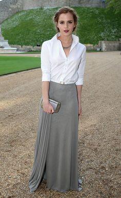 Increíble combinación de una clásica camisa blanca y falda larga satinada, ambas de Ralph Lauren Collection. ¡Perfección! #LookOfTheDay #InStyleRedCarpet #Fashion