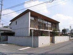 House in Omiya by Yasushi Horibe Architect & Associates Minimalist Architecture, Japanese Architecture, Facade Architecture, Contemporary Architecture, Roof Design, Exterior Design, House Design, Japanese Modern House, Narrow House